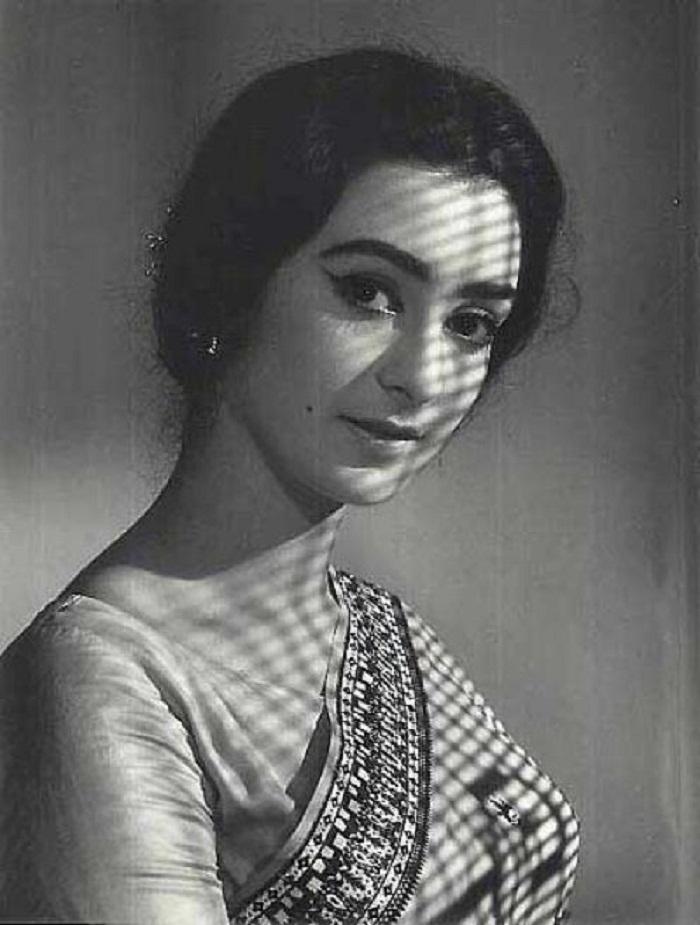 9. Saira Banu hugging saree