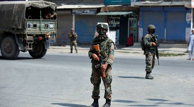 Indian army soldiers stand guard on a street on the outskirts of Srinagar, India, September 21, 2016. REUTERS/Danish Ismail